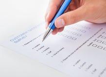 Persona que rellena el impreso en blanco Imagen de archivo libre de regalías