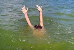 Persona que se hunde en el mar Fotos de archivo