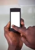 Persona que sostiene el teléfono móvil foto de archivo