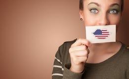 Persona que sostiene la tarjeta de la bandera de los E.E.U.U. imagen de archivo