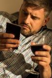 Persona que sostiene smartphone Fotos de archivo