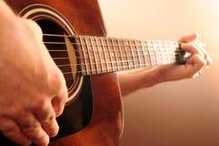 Persona que toca una guitarra imagenes de archivo