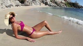 Persona que toma el sol hermoso de la playa almacen de metraje de vídeo