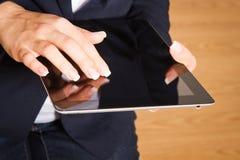 Persona que usa el dispositivo moderno de la tablilla. foto de archivo libre de regalías