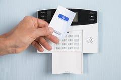Persona que usa la tarjeta de seguridad Imagen de archivo libre de regalías