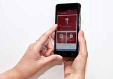 Persona que usa un pago móvil app en un smartphone foto de archivo