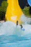 Persona que viene abajo una diapositiva de agua Fotografía de archivo libre de regalías