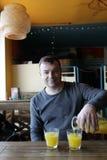 Persona que vierte el zumo de naranja fotos de archivo libres de regalías