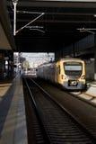 Persona sola che aspetta un treno Fotografie Stock