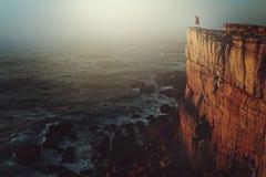 Persona sola en el acantilado del mar imágenes de archivo libres de regalías