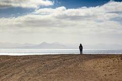Persona sola en la costa fotos de archivo libres de regalías
