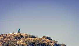 Persona sola sulla cima della montagna Immagini Stock Libere da Diritti