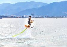 Persona sul fiume che fa il nuovo sport acquatico estremo immagini stock