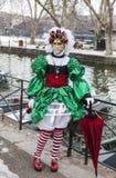 Persona travestita con un ombrello rosso Fotografia Stock