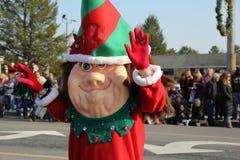 Persona vestita come elfo, ondeggiante alle folle nella parata di festa, Glens Falls, New York, 2014 Fotografie Stock