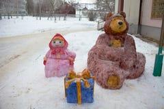 Personagens de banda desenhada Masha da escultura de neve e o urso Rússia fotografia de stock