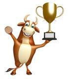 Personaggio dei cartoni animati del toro di divertimento con la tazza di conquista Immagini Stock Libere da Diritti