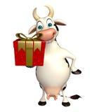 Personaggio dei cartoni animati della mucca di divertimento con il contenitore di regalo Fotografia Stock Libera da Diritti