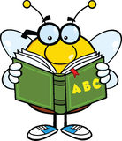 Personaggio dei cartoni animati rotondetto dell'ape con i vetri che legge un abbecedario Fotografie Stock