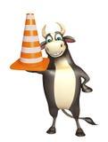 Personaje de dibujos animados de Bull con el cono de la construcción Stock de ilustración