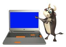 Personaje de dibujos animados de Bull con el ordenador portátil Ilustración del Vector