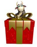 Personaje de dibujos animados de Bull con Giftbox Imágenes de archivo libres de regalías
