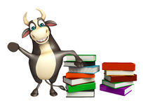 Personaje de dibujos animados de Bull con la pila de libro Foto de archivo