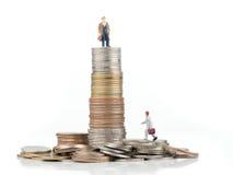 Personaje de dibujos animados del negocio que se coloca en moneda del metal Imágenes de archivo libres de regalías