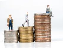 Personaje de dibujos animados del negocio que se coloca en moneda del metal Foto de archivo
