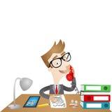 Personaje de dibujos animados: Hombre de negocios que se sienta en el escritorio Imagen de archivo libre de regalías