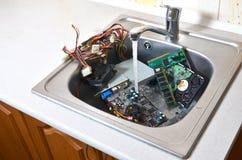 Personal computer het schoonmaken concept Hardware in keukengootsteen royalty-vrije stock afbeeldingen