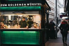 Personal, das beim Zum Goldenen Wursten 'den goldenen Stand der Würste in Wien, Österreich bearbeitet stockfotografie