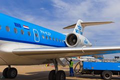 Personal, das KLM-Fokker 70 wieder tankt Stockfotos