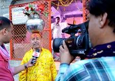 Personal de las noticias de Zee que piden un sadhu acerca de espiritualidad en el gran mela 2016, Ujjain la India del kumbh del s Fotografía de archivo libre de regalías