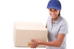 Personal de servicio rápido, feliz, femenino de entrega con el paquete o cartón imagen de archivo