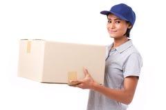 Personal de servicio rápido, feliz, femenino de entrega con el paquete o cartón imagenes de archivo