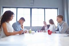 Personal del negocio en una reunión Agrupe la discusión de la oficina sobre un fondo ligero del sitio Concepto del trabajo en equ imagen de archivo libre de regalías