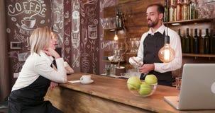 Personal del restaurante después de un día del trabajo que se relaja y que socializa en la barra metrajes