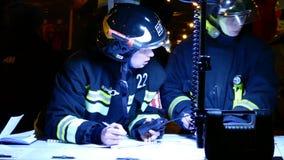 Personal del servicio de rescate ruso en el punto del comando Imagen de archivo libre de regalías