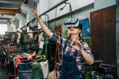 Personal för malningmaskin till och med virtuell verklighet 3D Fotografering för Bildbyråer