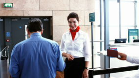 Personal femenino del aeropuerto que comprueba el pasaporte de viajeros metrajes