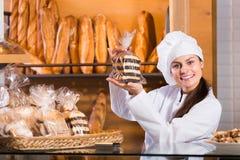Personal femenino en panadería local imagen de archivo libre de regalías