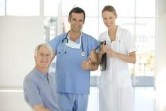 Personal hospitalario con el paciente mayor Fotos de archivo