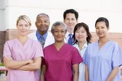 Personal hospitalario derecho fuera de un hospital Imagen de archivo