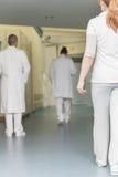 Personal hospitalario en un pasillo Imagen de archivo libre de regalías