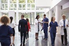 Personal im beschäftigten Lobby-Bereich des modernen Krankenhauses lizenzfreies stockbild
