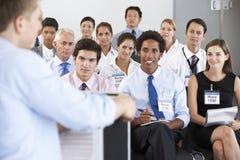 Personal médico asentado en círculo en la reunión del caso imagen de archivo libre de regalías