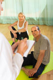 Personal médico con la gente mayor en el gimnasio Fotos de archivo