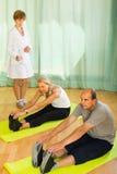Personal médico con la gente mayor en el gimnasio Imágenes de archivo libres de regalías