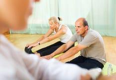 Personal médico con la gente mayor en el gimnasio Foto de archivo libre de regalías